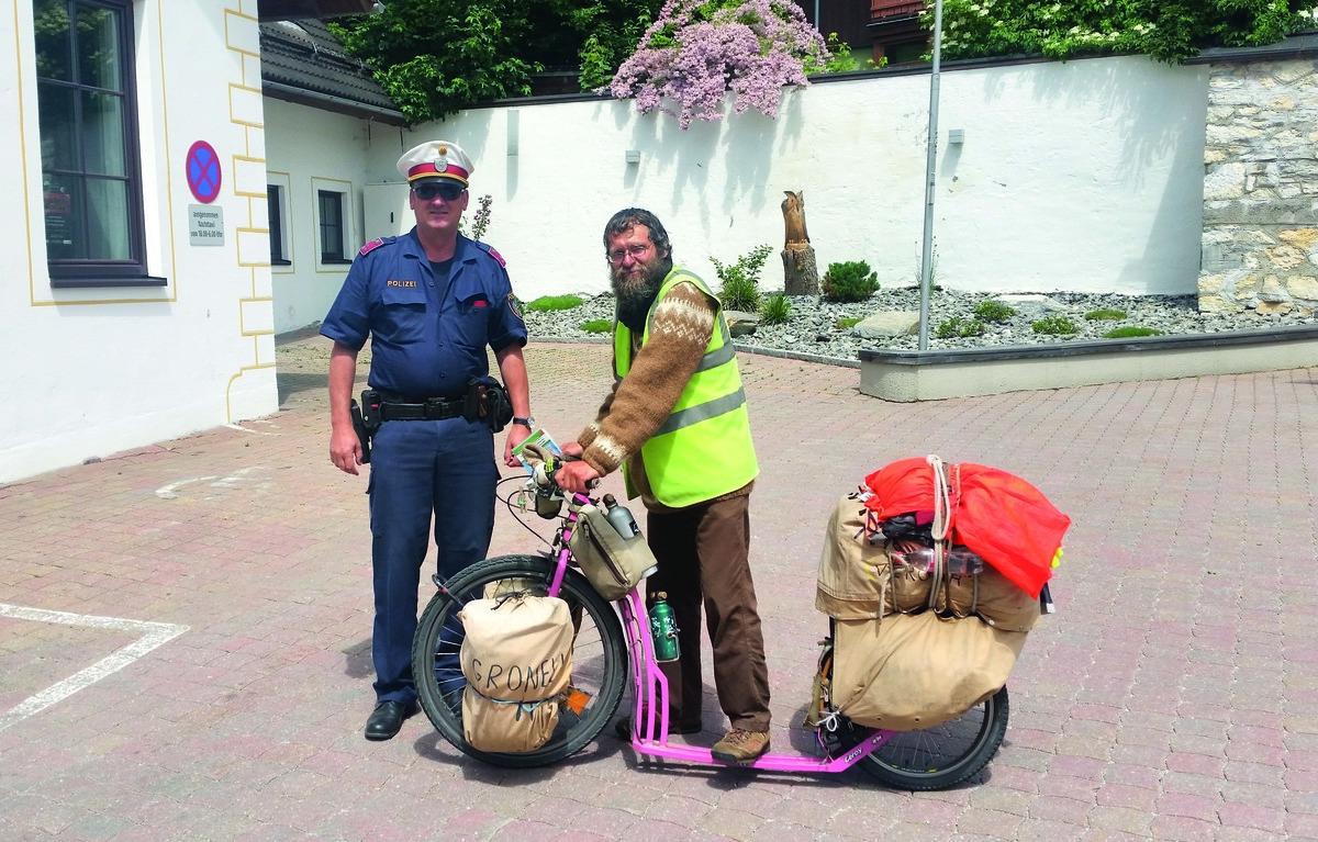 Der Polizeibeamte Reinhard Santner mit dem weitgereisten Weltenbummler aus Tschechien.
