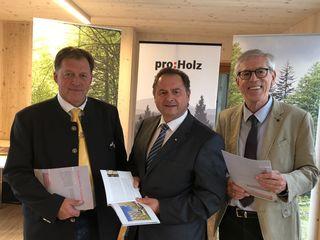 Friedrich Egger (Landesinnungsmeister), Rudolf Rosenstatter (Obmann proHolz) und Studienautor Alfred Teischinger.