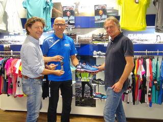 Triathlet Peter Schwimmer (Mitte) kann sich auf die Unterstützung seinen Sponsoren Franz Überbacher (r.) und Günther Lederhaas verlassen.