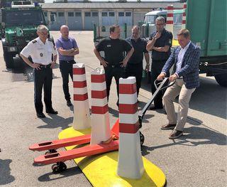 Villachs Bürgermeister Günther Albel testete die Mobilität der neuen Personenschutz- Barrieren eigenhändig in München