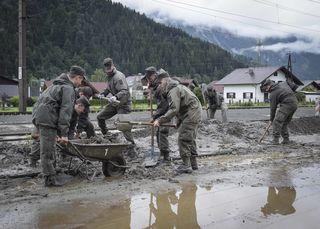 Das Bundesheer und Feuerwehr bei Aufreumungsarbeiten nach einer Mure im Ennstal/ Öblarn. Auch für die Gemeinde Gasen wurde nun das Bundesheer angefordert.
