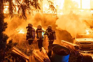 Ein Großaufgebot der Feuerwehr im Löscheinsatz.