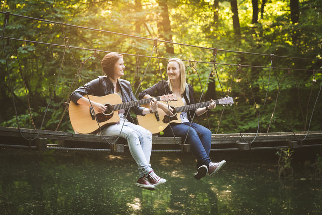 """Karoline Buchegger aus Maria Laach und Stefanie Appenauer aus Schönbühel sind das Musiker-Duo """"karonie""""."""