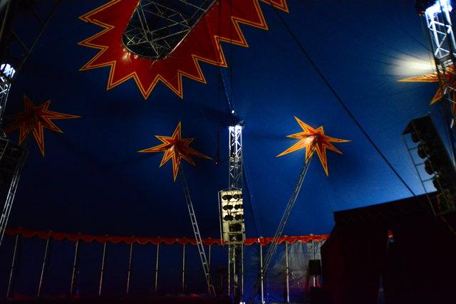 Auch dem noch leeren Zirkuszelt wohnt bereits ein gewisser Zauber inne.