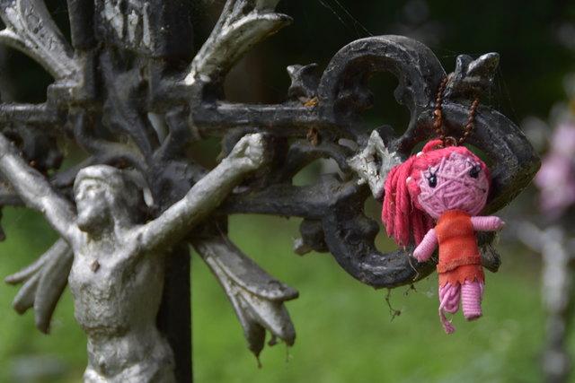 Kleine bunte Figuren, Plüschtiere und andere Anhänger zieren die Gräber am Friedhof der Namenlosen und geben dem Ort einen ganz eigenen Charme.