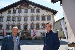 Hans (li) und Simon Schweiger fahren nahezu täglich am Schwarzen Adler vorbei. Nun gehört ihnen das Haus mit der prächtigen Fassade und der langen Geschichte.