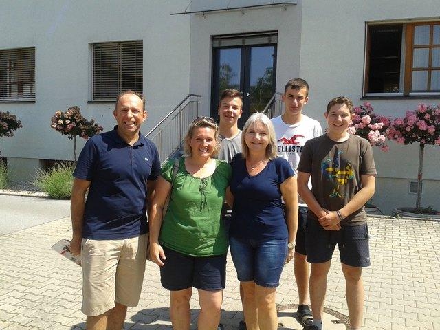Mara und Luis Rockenbach mit der Lehrerin Andrea Neumayr-Musser und Schülern in Obersiebenbrunn.