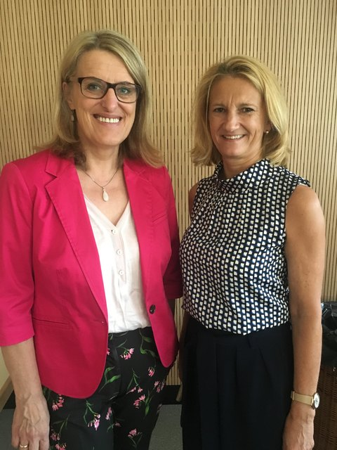 Direktorin Sabine Sommerer (r.) freute sich über den Besuch von Landesrätin Ulrike Königsberger-Ludwig.