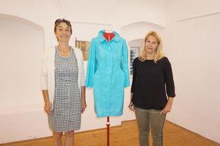 Künstlerin Helga Glattfelder-Knöbl mit Gabriele Jedliczka bei der Vernissage.