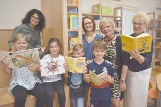 Bürgermeisterin Ingrid Salamon, VS-Direktorin Rafaela Strauß, Betreuerin Tanja Lorenz und Landesrätin Verena Dunst präsentieren das Mattersburger Ferienprogramm.
