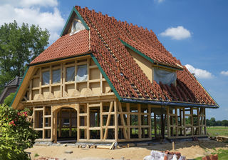 Trotz moderner Entwicklung setzen viele Experten beim Hausbau noch immer auf Holz.