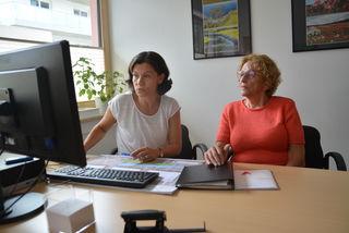 Karin Unterlechner und Sigrid Strauß (re) im neuen, hellen Büro der Volkshochschule in der Alois-Kemter-Straße in Kufstein.