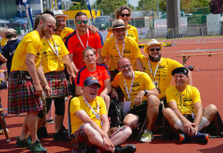 """Die """"Schotten"""" aus Timelkam packten bei den MATP-Bewerben mit an. Am Bild mit Special-Olympics-Athletin Barbara Rauscher."""