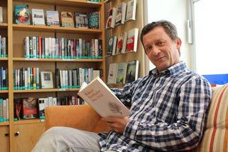 """Büchereileiter Robert Templ liest gerade den neuen Roman """"Das Feld"""" vom österreichischen Autor Robert Seethaler."""
