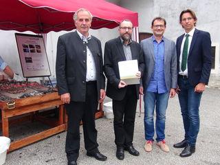 Buchpräsentation: (v.l.) Bgm. Helmut Walch, Autor Georg Tiefengrabner, Museumsleiter Christoph Gutjahr und Obmann Bgm. Joachim Schnabel.