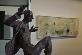 Die Figuren von Roman Strobl entstehen mit der Kettensäge, in den Bildern von Karl Hartwig Kaltner werden diverse Materialien vermischt.