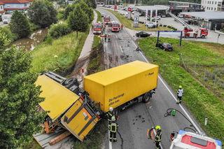 Ein Autofahrer krachte frontale gegen einen Post-Lkw.