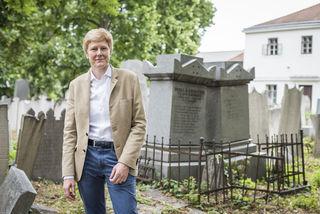 Sanierung notwendig: Die grüne Landtagsabgeordnete Jennifer Kickert kämpft gegen den Verfall des jüdischen Friedhofs.