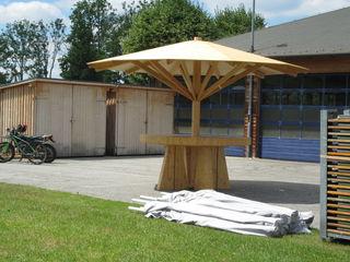 ein selbstgebauter Schirmstand aus Holz als Attraktion