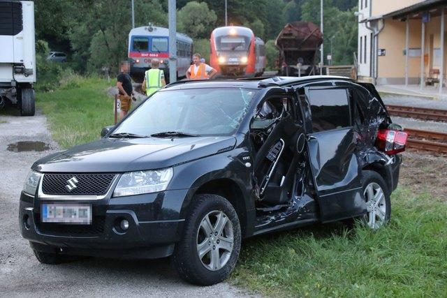 Der Autofahrer wurde bei dem Unfall unbestimmten Grades verletzt.
