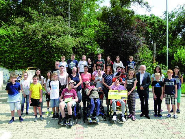 Die KlassensprecherInnen, ihre StellvertreterInnen sowie LehrerInnen und Dir. Jandl von der NMS Pischelsdorf mit Gästen der Chance B bei der Übergabe des Checks.