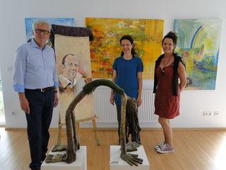v.l.: Kulturreferent Alois Reisenhofer mit den Künstlerinnen Monika Lafer und Renate Bertsch.