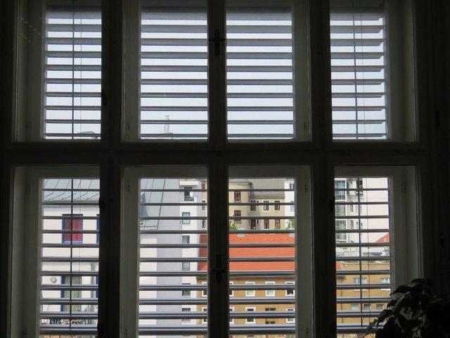 Außenrollos fangen die Sonne noch draußen ab und sind somit effektiver als Innenjalousien.