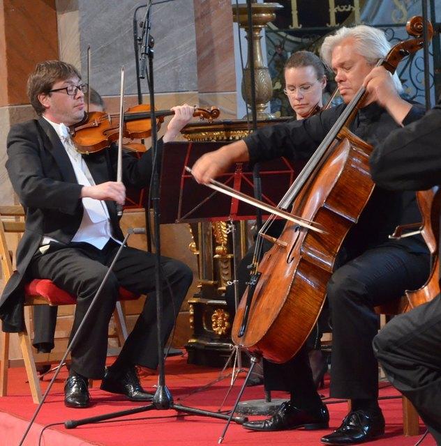 Konzertmeister Gregory Ahss mit dem Starcellisten Clemens Hagen