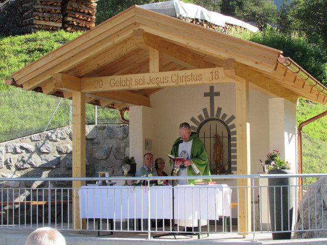 Pfarrer Mag. Georg Schödl weihte die Kapelle zum Hlg. Vitus ein.