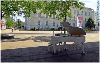 Im Rahmen des Wir sind Wien Festivals stand das Open Piano gestern auf dem Vorplatz der U 3. Jeder ist wilkommen, der darauf spielen möchte.