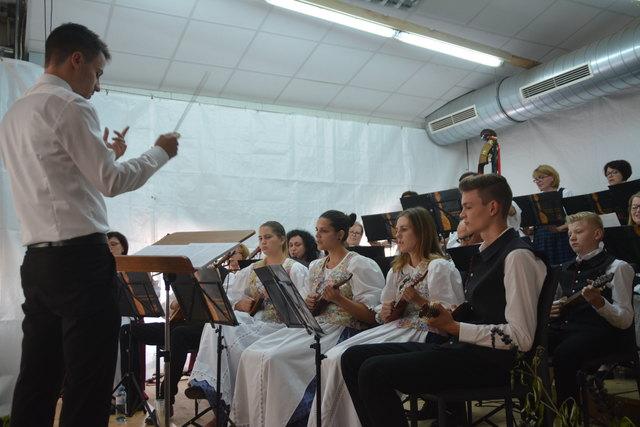Prof. Matija Moslavac dirigierte die Tamburizza beim Sommerkonzert.