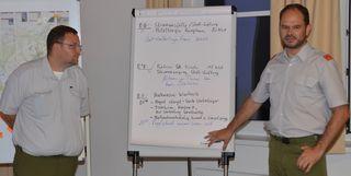 Kommandant Günther Hitzenberger (FF Bergham-Kösslwang) und Peter Steininger (FF Bad Wimsbach-Neydharting) erläuterten den Stabsstellen nach der Übung die Einsatzszenarien.