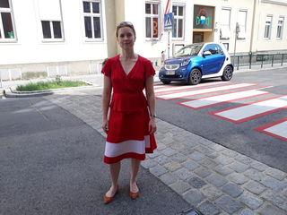 Vor der Volksschule in der Kreindlgasse: die Döblinger Neos-Bezirksrätin Angelika Pipal-Leixner.