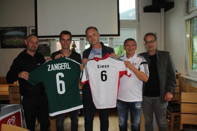 SVL-Trainer Jürgen Landerer, Neuverpflichtung Simon Zangerl, Obmann Christian Wilhelm, Sportlicher Leiter Luis Beer und Bgm. Wolfgang Jörg (v.l.)