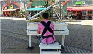 Kurz nachdem das Klavier aufgestellt war, nahm dieser Mann Platz und spielte gekonnt eine sehr schöne Melodie.