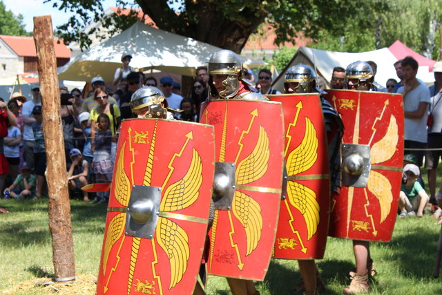 Foto: Gabriella Bösze                         Die Legio XV demonstriert die Kampfformation