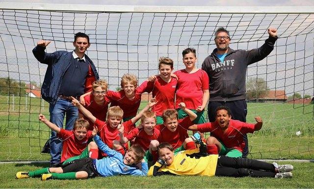 Die gemeinsame Schulmannschaft der Volksschule Laaben besteht aus SKV Kickern.