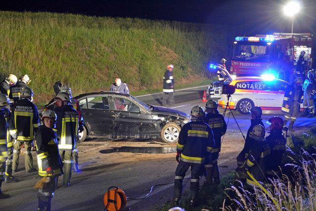 Die Feuerwehren konnten die Frau aus dem Unfallauto befreien.