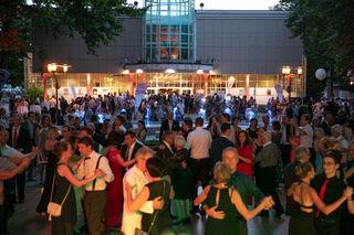 Fünf Tanzflächen, Live-Bands, DJs und ein Rahmenprogramm – das war der ausverkaufte Sommernachtsball in der Welser Stadthalle und im Volksgarten.