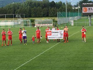 Krottendorf bleibt in der Oberliga: Nach Spielende bedanken sich die Spieler bei den Fans für die zahlreiche Unterstützung.