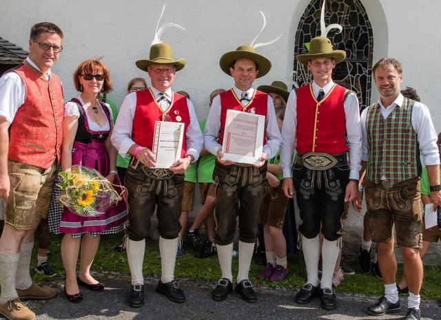 Die geehrten Musikanten mit Bgm. LAbg. Michael Obermoser (links) und Co.