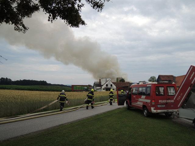 Dank des unermüdlichen Einsatzes von rund 80 Feuerwehleuten konnte die brenzlige Situation bald unter Kontrolle gebracht werden.