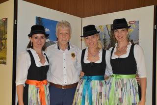 """Barbara Schreier, Karoline Kostner und Claudia Heis von den """"Hoameligen"""" mit Lions-Club-Präsident Kurt Hasenbacher"""