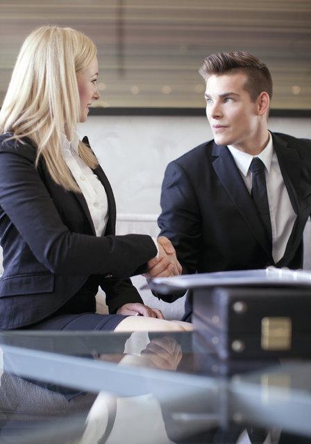 Ein Bewerbungsgespräch kann gezielt vorbereitet werden. Sich mit der Firma auseinanderzusetzen, bei der man sich bewirbt, gehört dazu.