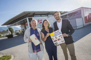 Stiegl-Getränkeshop feiert 25. Geburtstag: Fritz Egger mit Getränkeshop-Leiterin Claudia Scheucher und Stiegl-Geschäftsführer Thomas Gerbl