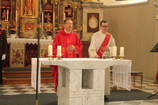 Fritz Kerschbaumer (r.) wurde zum Priester geweiht und feiert kommenden Sonntag seine Primiz in der Pfarrkirche Jenbach. Im Bild mit Pfarrer Wolfgang Meixner in der Pfarrkirche Wiesing