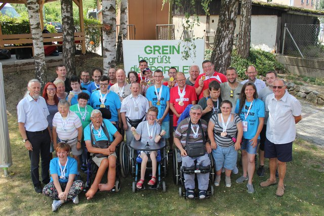 Athleten und Trainer wurden nach ihrer Rückkehr von den Special Olympics Sommerspielen in Vöcklabruck feierlich in der Werkstätte Grein empfangen.
