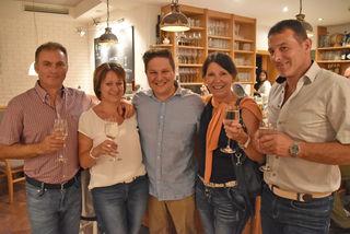"""Wiedereröffnungs-Fest: der neue """"Landhotelier"""" Curd Carotta mit seinen Gästen."""