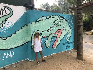 Die britische Künstlerin Frankie Strand posiert vor ihrem Werk.