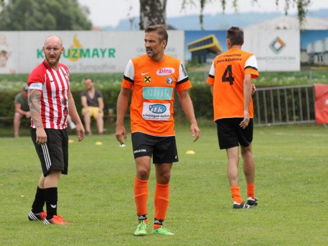 Frahamer Oldies (orange) - FC Saufhampton (rot-weiß)